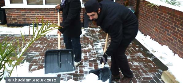 Ahmadi Muslim youth help clear snow across Britain