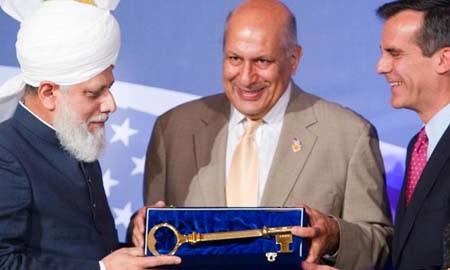 Khalifa of Islam Hadhrat Mirza Masroor Ahmad presented with key to Los Angeles