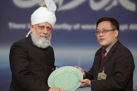 Khalifa of Islam Ahmadiyya receives Peace Award