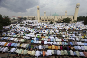Muslims pray at the Kofar Mata central mosque to mark the end of the holy month of Ramadan in Nigeria's northern city of Kano September 10, 2010.       REUTERS/Akintunde Akinleye  (NIGERIA - Tags: RELIGION)