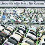 Mitglieder der islamischen Religionsgemeinschaft Ahmadiyya Muslim Jamaat (AMJ) beten am 02.09.2016 in Rheinstetten (Baden-Württemberg) in der dm-Arena. Die Bewegung hat sich auf ihrer Hauptversammlung deutlich gegen jede Form des Extremismus ausgesprochen und die Rolle des Islam als Religion des Friedens betont. Foto: Uwe Anspach/dpa +++(c) dpa - Bildfunk+++